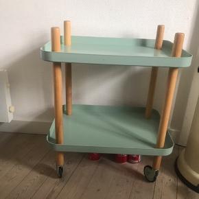 Smukt rullebord / barbord fra Normann Copenhagen i mint 🌸 Bordet er i god stand, selvom det er brugt. Det har primært stået med nips, og ikke blevet brugt til f.eks. sofabord, hvortil det har meget få ridser i overfladen, men man kan selvfølgelig godt se, at det ikke er helt nyt.   Bemærk - afhentes ved Harald Jensens plads. Bytter ikke 💙  💫 Rullebord barbord reol opbevaring bar bord rulle bord hjul mint emalje blå lyseblå turkis træ