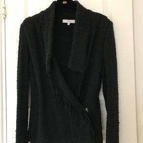 IRO boucle jakke str. 38 ( 36).  Rigtig god her til foråret som overgangs jakke og sommer om aftenen.  Det er en fransk str 38. Der er stretch i materialet, så den er fleksibel i str.