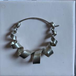 Sælger den her ENE ørering fra Jane Kønig købt her over Trendsales, men kun brugt få gange. BYD   Bytter ikke!