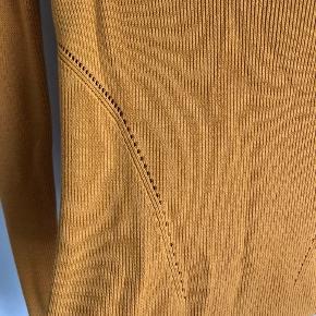 Ribstrikket bluse fra H&M, med detaljer ved maven🧸