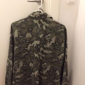 Army jacket in 100% cotton, durable. Size 38 fits S-M