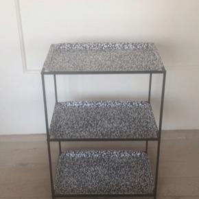 Fint bakkebord med tilhørende bakker fra ikea    Fri fragt i efterårsferien :)