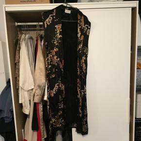 Kimono/vest fra Ganni med dertilhørende bindebånd. Kun brugt få gange.   Køber betaler Porto såfremt dette er nødvendigt - ellers kan vi mødes og handle :)