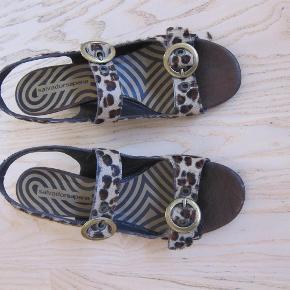 Brand: Salvador- sapena Varetype: sandaler Farve: se foto Oprindelig købspris: 1500 kr.  Superflotte/smarte sandalen i skind.   Bytter ikke!