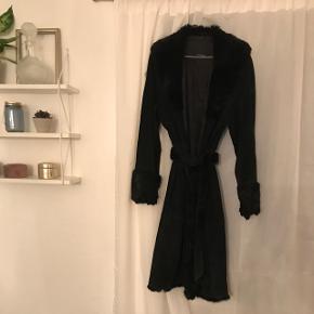 Smuk jakke i ægte ruskind med påsat kanin fra CCDK.   Kostede 2500,- fra ny. BYD.