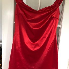 Rigtig fin kjole. Of shoulder. Aldrig brugt, da jeg aldrig lige har haft en anledning til at vælge den ud af de 50 i skabet 😅🙈