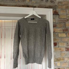 Virkelig lækker basic sweater i 100% cashmere ✨ Mærket siger str. L men jeg er selv str S og den sidder super fint på mig