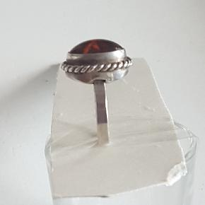 Smuk sølvring med rav indvendig mål 2 cm