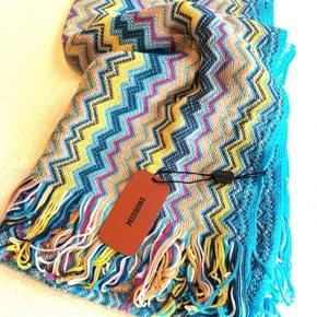 Sælger dette fine tørklæde fra Missoni.  Det kan både bruges som tørklæde og sjal.  Tørklædet ligger stadig i uåbnet pose⭐️  BYD gerne🤩 Har flere forskellige farver af tørklædet, så kig mine andre annoncer