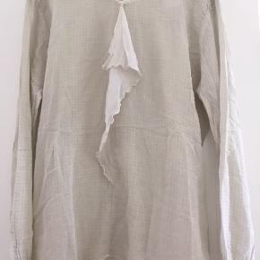 Tunika, skjorte med lange ærmer i sand,beige farvet.  passer str 40, L  Sælger meget andet i samme str