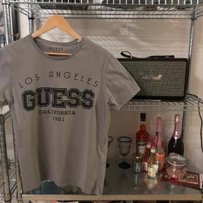 Sælger denne flotte t shirt fra GUESS.  Brugt meget få gange Str. M Farven er en grå nuance Nypris: 350