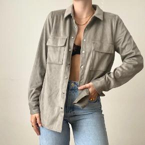 Imiteret ruskindskjorte fra Gina tricot, brugt 1 gang.