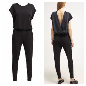 Smuk buksedragt fra Malene Birger med dyb ryg. Model: Olia Nypris: ca 2500,- Størrelse: XS Dragten er lavet i 96% polyester og 4% elastan. Ryggen er lavet i 100% silke.