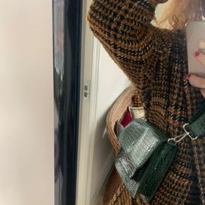 Hvisk Crossbody-taske, Aldrig brugt. Nyborg - Hvisk Crossbody-taske, Nyborg. Aldrig brugt, Er måske blevet prøvet på men aldrig brugt. Ren men ikke vasket. Ingen mærker eller skader