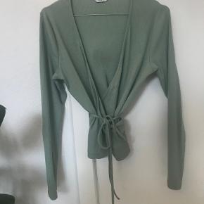 Fin slå om bluse fra Envii i en flot lys grøn farve. Ikke særlig brugt. Kan ikke huske størrelsen, men den passer en medium cirka.