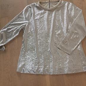 Fin guld bluse. Kun brugt få gange. Byd