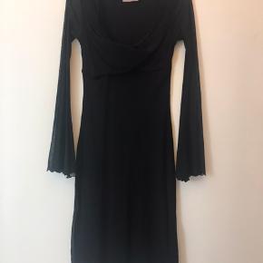 Vintage kjole fra Ann Wiberg. Dyb udskæring og brede transparente ærmer. Går til lige under knæet. Super smuk på.  Fast pris ex levering Ingen bytte
