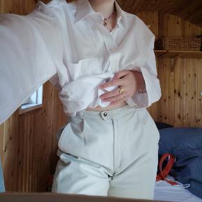 Lækre, italienske skindbukser fra Vera Pelle. Der står str 46 i bukserne, men de fitter 36-38. Byd gerne eller skriv for flere billeder.