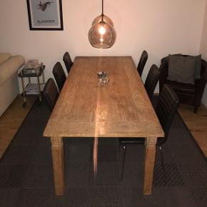 SUPER SALE! Et rustik spisebord i træ til salg grundet flytning.  Det er et super lækkert bord med plads til mange.  Målene er 90x210.  KOM MED ET BUD - kan afhentes i Helsingør