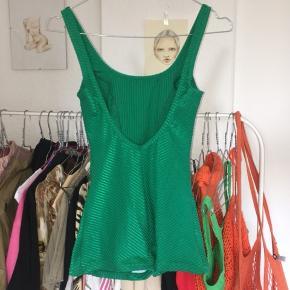 Smukkeste vintage badedragt i en skinnende grøn farve. Dyb ryg og shortsagtig fit. Fitter xs/small