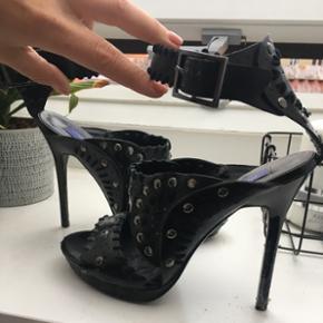 De fedeste Jimmy Choo for H&M stiletter. Den ene hæl har lidt tape på, men kan nemt fikses, hvis man er interesseret.