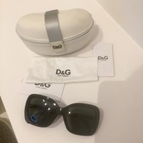 Solbrillerne er aldrig brugt, men der er lidt pletter i bunden af etuiet, hvis man går op i den slags :)
