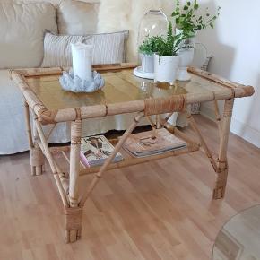 Smukt sofabord i bambusflet med glasplade. Meget velholdt og robust.  Afhentes i Seest, Kolding.  B: 63cm.  L: 93cm.  H: 59cm.