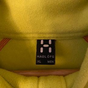 Haglofs fleece i neongul. Har et par små pletter som vist på billedet.  Häglöfs outdoor