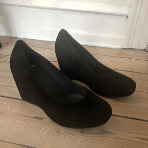 Modelnavn: Florence, nypris 799,-  Skoene er brugt 2 gange, og der har altid liggetekstra såler i, så skoene er pæne indvendig.   Ruskindet har dog taget lidt skade på den ene skosnude, som vist på billedet. Derfor er prisen også derefter.