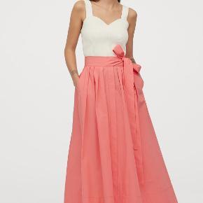Virkelig cool nederdel i den skønneste fersken/rosa nuance. Den er helt ny, aldrig vasket eller brugt. Super fin med sneakers for eksempel :)