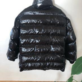 Super fin oversize puffer jakke/frakke fra ZARA i str. S, passes også af en str. M.   Købt sidste år, men aldrig brugt.