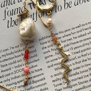 Smukke forgyldte øreringe som kan mixes på kryds og tværs.  Priser:   Stor barok perle i ørekrog 175.-  De andre er til 150.- pr stk.
