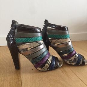 Så lækre sandaler med lynlås bagi - kære farver