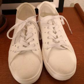 Nye hvide sneakers fra Bianco i imiteret ruskind. Har en blød pude indvendigt i skoen, som giver en dejlig komfort. Købt for nogle uger siden, men får dem desværre ikke brugt. Har haft dem på én gang uden for, men de er lidt for store.   ▪️Sender gerne/køber betaler porto ▪️Returnerer ikke ▪️Sender med dao ▪️Køber betaler evt. ts gebyr (2 kr. ca.)