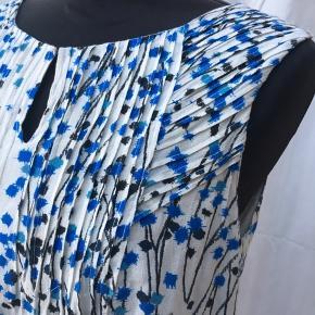Dejlig bluse i 2 lag stof  Materiale: 56% bomuld - 44% viscose  Længde: 56 cm Bryst: ca 100 cm