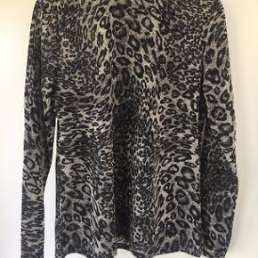 Sød leopard bluse med glitter i stoffet. Sælges da jeg ikke bruger den mere.