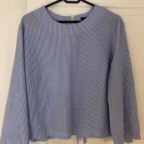 Blå skjorte fra Mango. Str. XL, men meget lille i størrelsen, så kan snildt passe en S/M lidt oversize. Nypris var omkring 300 kr. Standen er god, og ikke tegn på slid