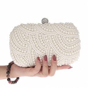 Nypris: 399,-  Super smuk og exclusiv taske med perlemor perler clutch perleclutch brudetaske brudeclutch brudeudstyr taske håndtaske skuldertaske (kan bruges på 3 forskellige måder) Kan bruges uden rem/kæde som clutch, med den korte rem/kæde som håndtaske eller med den lange kæde/rem som skuldertaske.  Perfekt som prikken over i'et på den store dag, eller til andre festlige lejligheder.