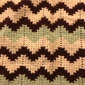 Giv en personlig gave til en du holder af.   Måske din veninde som er gravid, en kollega, en datter eller bare en bekendt? 💗  Hvem synes du skal forkæles med et hjemmestrikket babytæppe.? 💙💗  Bestillinger modtages og der strikkes tæpper i alle størrelser og farver.   Prisen fastsættes efter tæppets størrelse.  Det er min mor der strikker.