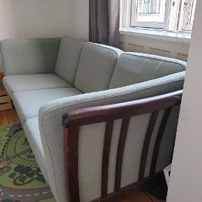 """Smuk mint-grøn retro sofa. I god stand, men selvfølgelig ikke ny. Mørk brun træværk med lidt ridser, og uld betræk med små pletter hist og her. Kan sikkert renses... Man sidder utroligt godt i den, og der er ikke """"fordybninger"""" i sæderne trods nogle år på bagen 😊 Afhentes på 2.sal på Frederiksberg."""
