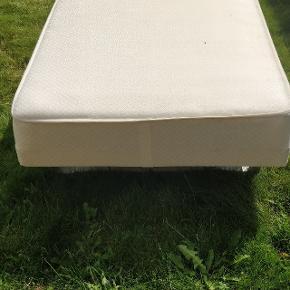 Sælger 3 enkelt senge, fejler ikke noget, den ene har en plet på madrassen som du kan se på det ene billede. De måler alle 3 90 x 2 meter. 300 kr stk. Eller kom med et bud