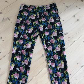 Varetype: Bukser Størrelse: it 42 36-38 Farve: Sort m fl Oprindelig købspris: 2600 kr.  Fineste bukser i silke fra det italienske mærke MSGM. Brugt en gang,