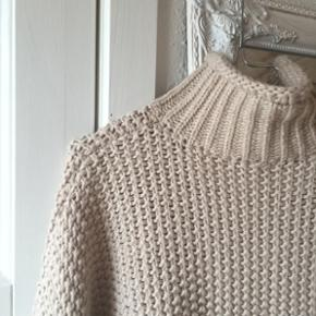 sælger den lækreste strikketrøje!!kan passes af både s-m-l køber betaler fragt 😜🌻