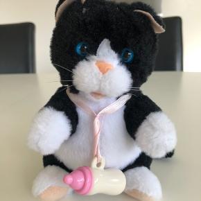 Lille kattekilling der kan sige miau når sutteflasken kommes i munden