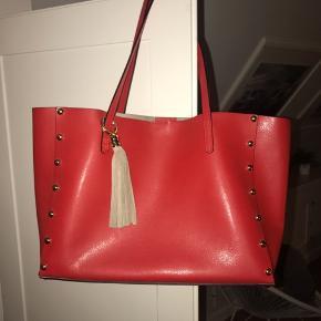 Sælger denne fine taske, som er købt i Italien  Den er ægte læder og super god stand har brugt den 1 gang  220kr inklusiv fragt