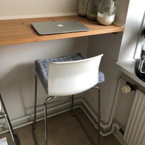 2 stk. barstole fra IKEA. Den ene stol mangler en skrue, men dette er uden betydning. Kan afhentes gratis i Odense C.