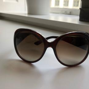 Gucci solbriller i lækker mørk brun farve og guld logo på siden. Leopard på inderside af stængerne. Super fine og  stiler diva lækre. Glasset måler ca. 6x6cm. Etui medfølger ikke.  Bytter aldrig og prisen er fast, med mindre du køber flere ting.Sender gerne med DAO