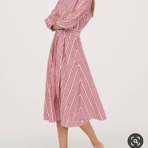 Fin kjole fra H&M kun brugt en enkelt gang. Den kan passes af str. 34-36.  Den sælges for 125 + porto eller kan afhentes på Østerbro :-)