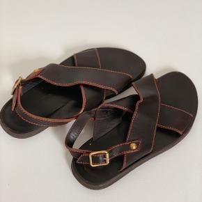 Mande læder sandaler fra Louis Vuitton i brunt læder. Passer en str. 44/45. Sandalers er brugte, men i super fin stand og meget velholdte. Skriv endelig for flere detaljer/billeder!  Kom gerne med realistiske bud!