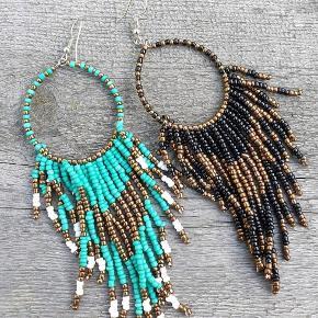 Turkis-farvet øreringe med perler i flot boheme stil. Helt nye. Har dem også i sort og koral(se profil) Flere smykker under profil   Køb 2 ting få fragt gratis.